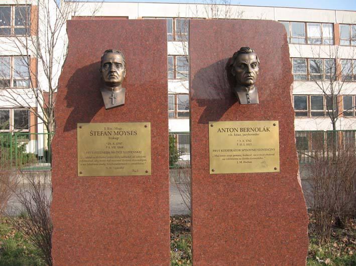 Petržalské korzo - tabuľa a busta