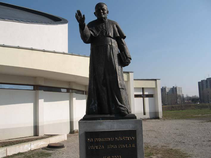 Socha pápeža kostol Svätej Rodiny, r. 2003