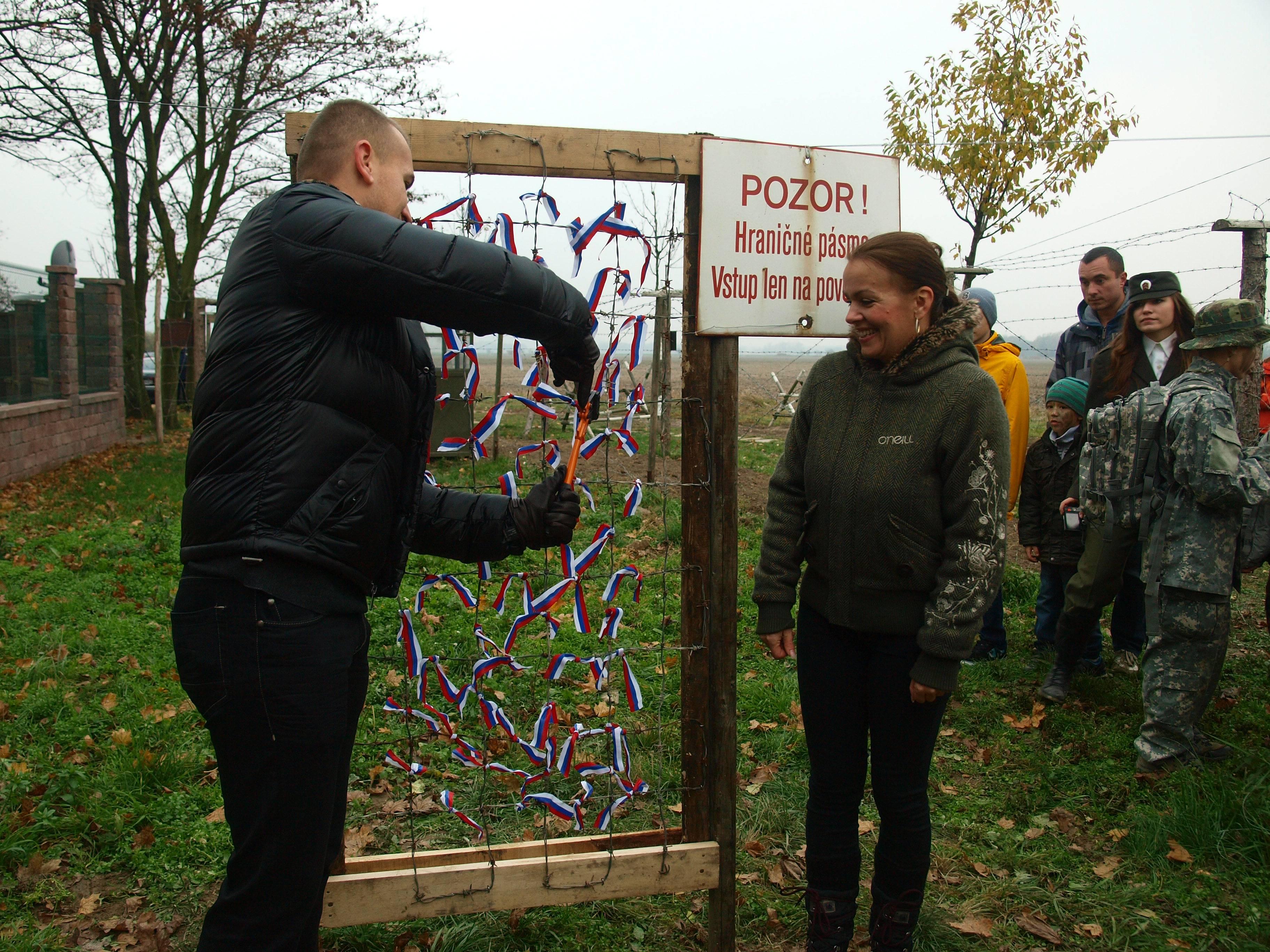Martin Miškov, zástupca starostu Petržalky strihá bránu z ostatného drôtu